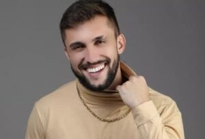 Ex-BBB Arthur Picoli faz estreia como apresentador e surpreende por boa desenvoltura