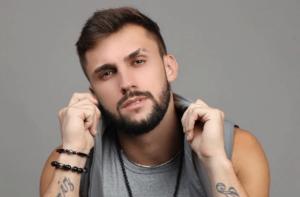 Ex-BBB Arthur Picoli confunde exame de Covid com teste de gravidez e dá o que falar