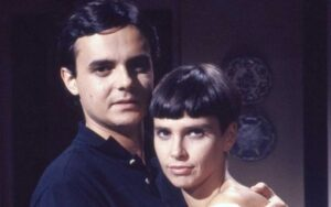 Lídia Brondi faz rara aparição ao lado do marido após anos longe dos holofotes