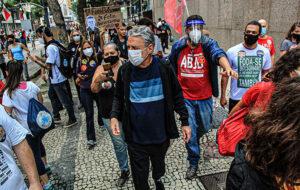 Samantha Schmütz e Chico Buarque participam de manifestação anti-Bolsonaro