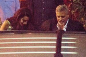 George e Amal Clooney saem para jantar após enfrentarem enchentes na Itália