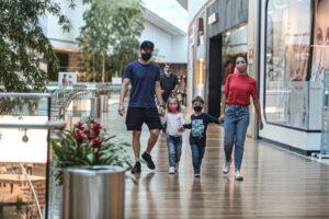 Michel Teló e Thais Fersoza passeiam com os filhos em shopping