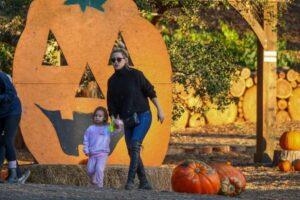 Kate Hudson visita plantação de abóboras ao lado de filha e noivo